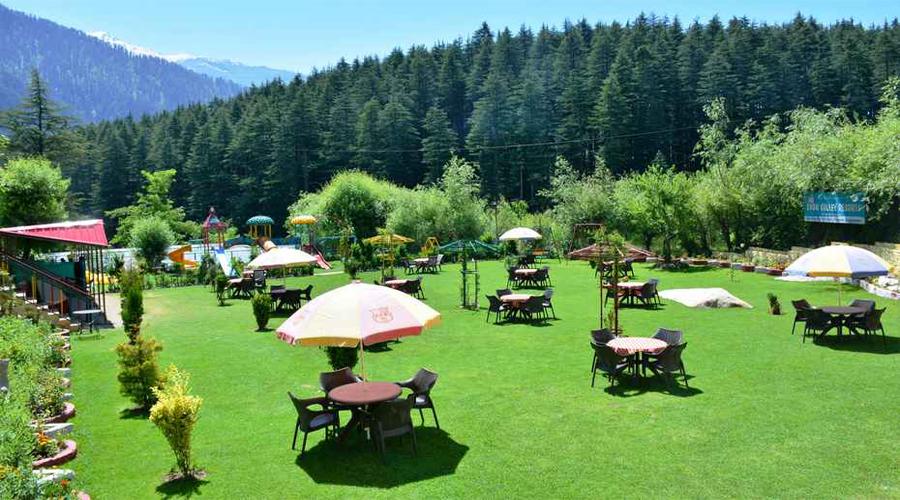 Hotel Lawn area